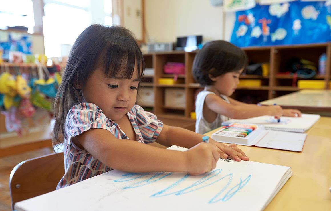 教室でお絵描きの写真