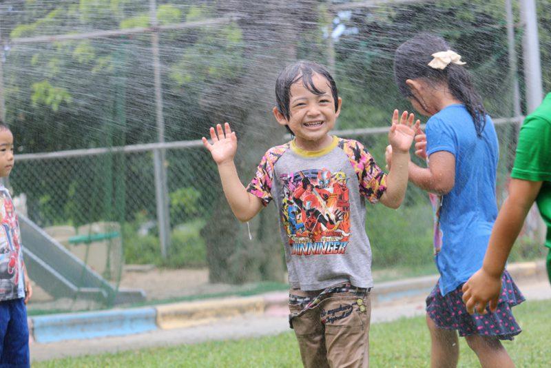 とっても暑いので園庭で水遊び!の写真